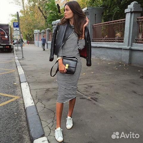Платье по колено с кедами